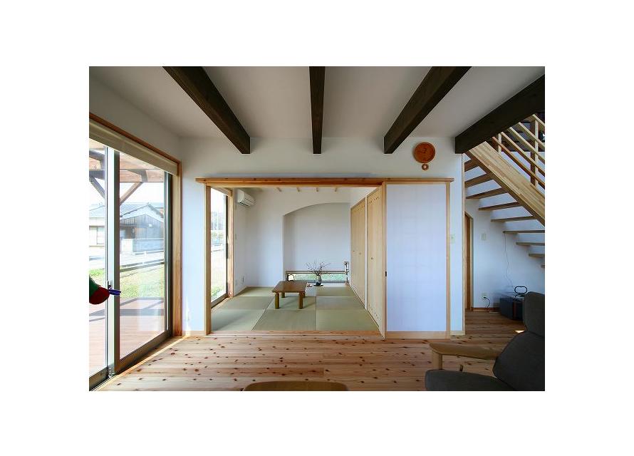 繋がり:家族室に和室とウッドデッキ(左面)を繋げる