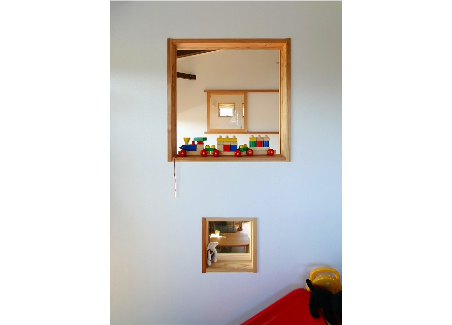 子供室室内窓 下の窓は家族室への、のぞき窓。 上の窓は吹き抜け部分・夫婦の寝室の窓と繋がっている