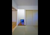寝室:床に窓を設置することで広がりを感じさせる