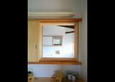 寝室の室内窓:子供室とちょうど同じ位置に築け風の流れ、視線の抜け、繋がりをつくる