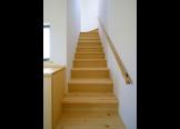 階段:踏み板も無垢板
