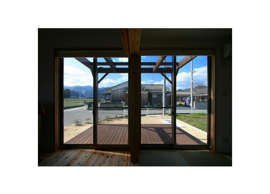 ウッドデッキ:家族室・和室・ウッドデッキ。内と外との繋がり