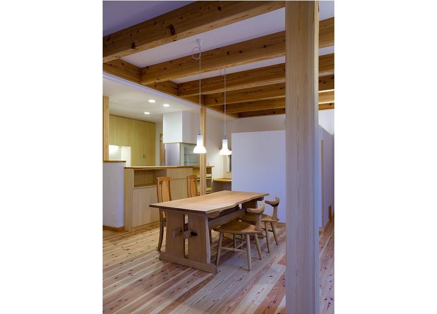 水平広がり:家族スペースの先にはウッドデッキが広がっている