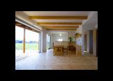 家族室:正面は対面式キッチン